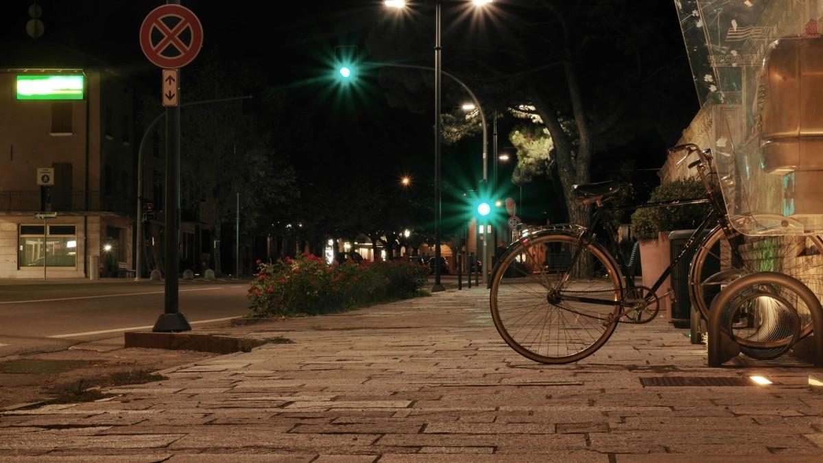 notte luci strada